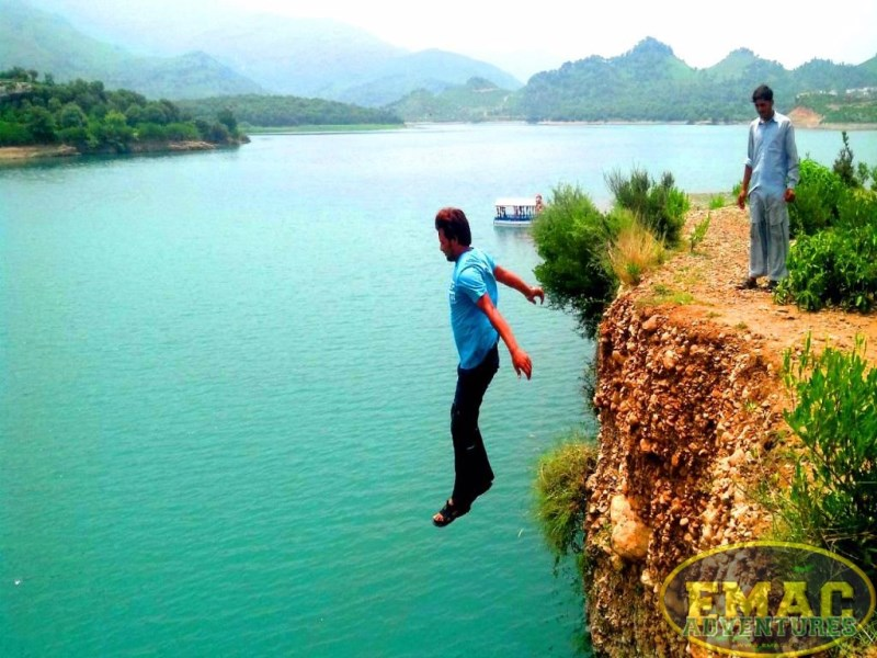 emac-cliff-jumping-at-khanpur-lake13